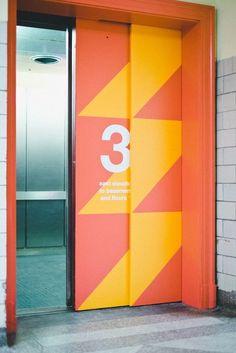 Kola | Sinalização criativa em ambientes corporativos Directional Signage, Outdoor Signage, Wayfinding Signage, Signage Design, Banner Design, Office Signage, Office Branding, Event Signage, Identity Branding