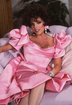 Famous American Hollywood Actress, Joan Collins, in, the TV Series, 80s And 90s Fashion, Retro Fashion, Runway Fashion, Vintage Fashion, Dame Joan Collins, Party Mode, Women Life, Mellow Yellow, Famous Women
