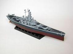 """Model amerykańskiego pancernika, typu South Dakota, z okresu II wojny światowej. Długość modelu 30 cm. Model plastikowy z elementami fototrawionymi, ręcznie złożony i ręcznie pomalowany w skali 1:700.   """"USS Massachusetts BB-59"""" (151945) - this is model of American Battleship, the type of South Dakota, of World War II. Lenght 30 cm (centimetres). Plastic models with metal elements, hand-glued and hand-painted in 1:700 scale models."""