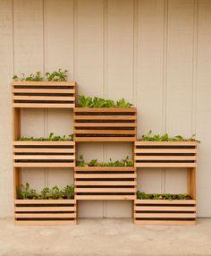 E' tempo di frutta e verdura ed ecco un tutorial divertente per realizzare un orto verticale in legno. La struttura è perfetta per arredare l'esterno...