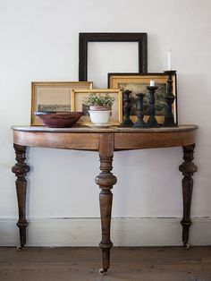 Attractive vignette - I've always liked demilune tables Half Moon Table, Half Table, Circle Table, My Living Room, Interior Design Living Room, Interior Decorating, Design Entrée, House Design, Design Room