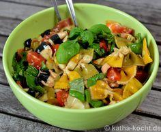 Bunter Nudelsalat mit Walnüssen und Tomaten - Katha-kocht!