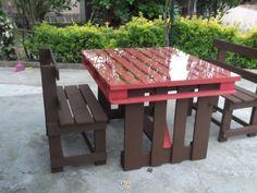 Mesa e bancos feitos de paletes