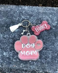 Diy Resin Projects, Diy Resin Art, Diy Resin Crafts, Crafts To Sell, Vinyl Projects, Keychain Design, Keychain Ideas, Gifts For Pet Lovers, Dog Mom Gifts