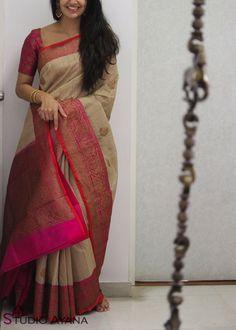 Pushkar Mela Simple Sarees, Trendy Sarees, Stylish Sarees, Oktoberfest Outfit, Hurley, Silk Saree Banarasi, Silk Cotton Sarees, Organza Saree, Ted Baker