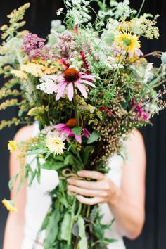 Een rustiek en imposant bloemstuk voor een begrafenis of crematie | Vind meer inspiratie over bloemen voor het afscheid en de uitvaart op http://www.rememberme.nl/rouwbloemen-rouwdecoratie/ | Bron: http://www.stylemepretty.com/living/2014/08/07/late-summer-flower-walk-diy-wildflower-arrangement/