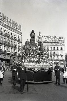 Procesión del Jesús de Medinaceli en Madrid, fotografiada por Campúa a su paso por la Puerta del Sol en abril de 1950