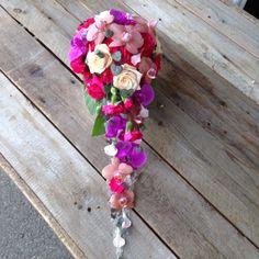 Morsiuskimppu perhosorkideoista, ruusuista ja neilikoista