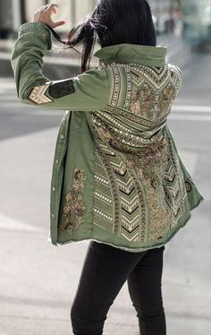 Inspiring Top 10 Fabulous Army Green Jacket Inspiration https://fazhion.co/2018/02/09/top-10-fabulous-army-green-jacket-inspiration/ 10 Army Green Jacket Inspiration is composed with variety of designs and dresses, such as, jacket, vest, bomber jacket, hooded jacket, long jacket and also celebrity fashion in army jacket.