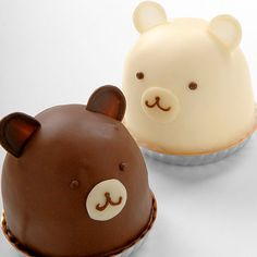 milk and white chocolate bear cakes Fancy Cakes, Cute Cakes, Mini Cakes, Cupcake Cakes, Cute Desserts, Delicious Desserts, Cake Pops, Chocolates, Kawaii Dessert