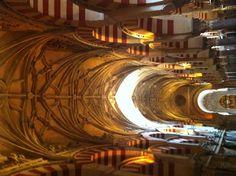 De christelijke koningen hebben na de overwinning op de Moren het centrale gedeelte van de Mezquita moskee omgevormd tot kathedraal. Let op het plafond.