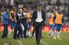 Juan Carlos Osorio dirigiendo a la Selección Mexicana en el Estadio Azteca