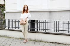 bezaubernde nana, fashionblog, modeblog, germany, deutschland, outfit, streetstyle, minimal style, weiße off shoulder bluse new look, beige hose h&m, rosa sandaletten keilabsatz jumex, braune clutch mango, rosegoldene kette infinity amy&zoey, rosegoldenes armband feder h&m