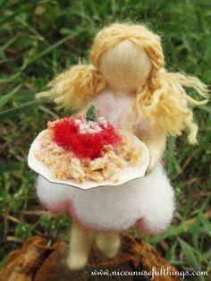 The needle felt daisy fairy, making pasta. La fatina margherita con un piatto di rigatoni al pomodoro, feltro ad ago.