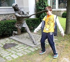 People Making Awkward Fun With Statues. Fun with statues and Funny Statue pictures. Some say they're simply having fun with statues not paining. Funny Photos Of People, Funny Images, Funny Pictures, Crazy Pictures, Hilarious Photos, Fun With Statues, Funny Statues, Photos Originales, People Poses