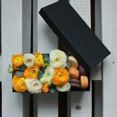 Flower box with macarons // Цветочный бокс с макарунами #lovemacarons #flowerbox #bestpresent #yellowwhite #flowers #peonyrose #coolflowers_cz #pragueflowersdelivery #kvetinypraha #dovozkvetin #vazanikytic