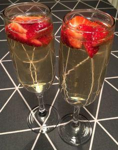 Velkomstdrink med hyldeblomst og jordbær Alcoholic Drinks, Cocktails, New Years Eve, Food And Drink, Student, Wine, Glass, Desserts, Beverages