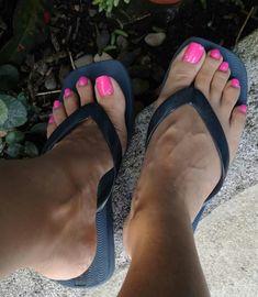 La imagen puede contener: calzado, planta, primer plano y exterior Nice Toes, Pretty Toes, Beautiful Toes, Lovely Legs, Feet Soles, Women's Feet, Pies Sexy, Flipflops, Foot Socks