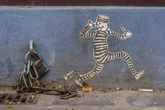L'homme essaie de s'échapper des villes. / People are trying to escape the towns. / Street art. / Berlin. / Germany. / Allemagne. / By Helmut Hess, 2014.