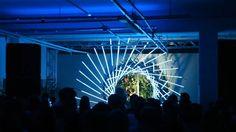 São Paulo, Dezembro/2015  Escultura interativa desenvolvida pela Vital Oficina para o evento Babel do selo Mareh Music. O video mostra detalhes construtivos e programação das luzes realizada por Luciano Ferrarezi e Dmtr.org, colaboradores neste projeto.  A estrutura, concebida e montada pela Vital Oficina, é feita de encaixes fabricados de chapa de aço carbono cortadas a laser aonde são fixadas 36 cantoneiras de alumínio com fitas de led digital.