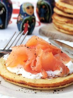 Les blinis de Mira - Cuisine Campagne Come Dine With Me, Cuisine Diverse, Beautiful Table Settings, Mille Crepe, Peanuts, Dinnerware, Seafood, Brunch, Entertaining