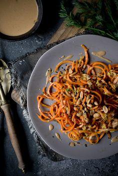 Rezept für vegane Gemüsenudeln mit Erdnuss-Sauce.