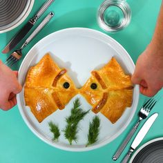 Kissing fish - dumplings-Küssende Fische – Teigtaschen Kissing fish: filled pizza dumplings with smoked salmon. Ingredients & recipe under the link. Vegetarian Recipes Videos, Lunch Recipes, Seafood Recipes, Dinner Recipes, Dessert Recipes, Creative Food, Finger Foods, Food Videos, Good Food