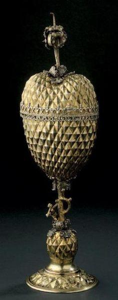 Coupe couverte en vermeil à décor de pointes de diamant. Elle repose sur un fût simulant un tronc attaqué par un bucheron et repose sur une base ronde. Travail allemand de la fin du XIXe siècle. Poids 342 g