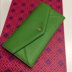NWT Tory Burch Lime Envelope Saffiano Wallet Brand new with tag HOWEVER PRICED LOW DUE TO DEFECT ON BACK -- SEE PICS 2&3. Faint slice on the back. Authentic. ❌ NO TRADES ❌ FIRM PRICE ❌ NO OFFERS ❌ Tory Burch Bags Wallets
