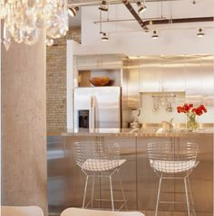 What an amazing kitchen! We love the metal wire bar chairs by Harry Bertoia.