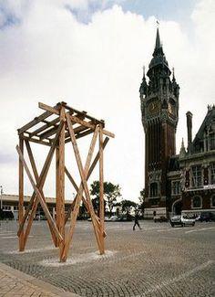 Florian Kleinefenn : Socle, par Richard Wentworth sur la place de l'Hôtel de ville de Calais, 2001