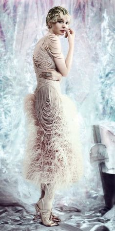 Alexander McQueen ostrich feather dress with chiffon-covered pearls. Tiffany & Co. Fred Leighton bag // vogue 2013 // the great gatsby // Carey Mulligan Foto Fashion, 20s Fashion, Vintage Fashion, High Fashion, Fashion Movies, Fashion Pics, Lifestyle Fashion, Vogue Fashion, Party Fashion