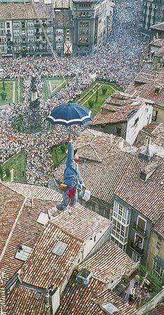 Bajada de Celedón Fiestas de la Blanca #Vitoria #Gasteiz #Euskadi #BasqueCountry Picnic Blanket, Outdoor Blanket, Basque Country, Bilbao, Photo Manipulation, City Photo, Mixed Media, Scenery, Collage
