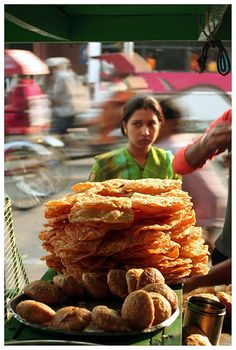 A streetfood cart in Jaipur, India.) FOR CONTEST Location: Jaipur, India Photographer: Hugo Cardoso Hometown: Coimbra, Portugal World Street Food, Street Food Market, Street Vendor, Food Truck, Comida India, Indian Street Food, World Recipes, Varanasi, Indian Food Recipes