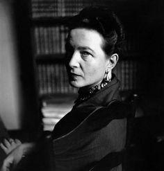 """Simone de Beauvoir (1908-1986) Simone de Beauvoir fue una filósofa y novelista francesa que a lo largo de su vida escribió varias novelas y ensayos sobre temas filosóficos, políticos y sociales. Sus primeros escritos trataban los dilemas existencialistas de la libertad, la acción y la responsabilidad, ideas que compartía con su compañero Jean-Paul Sartre, pero obras posteriores como """"El Segundo Sexo"""" la sitúan como una de las fundadoras de los movimientos feministas por la igualdad."""