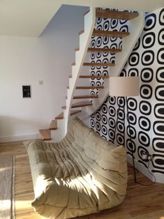 un escalier flottant - blanc et en bois