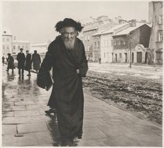 From 1935 to Roman Vishniac traveled throughout Central and Eastern Europe photographing impoverished Jewish communities for the Jewish Joint Distribution Committee. Roman, Russian American, Central And Eastern Europe, Poland Travel, Cleveland Museum Of Art, Jewish History, Ancient Egyptian Art, Culture, Historical Photos