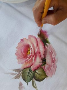 Rosas pinturas e riscos China Painting, Tole Painting, Fabric Painting, Painting & Drawing, Watercolor Paintings, Hand Painted Dress, Painted Clothes, Bead Embroidery Jewelry, Ribbon Embroidery