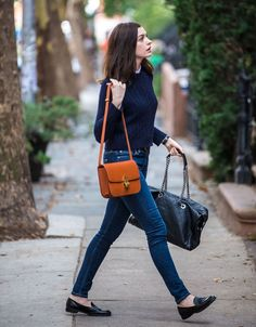 Anne Hathaway looks awesome in these classic pieces: Cable knit sweater, loafers . Loux W E A R Anne Hathaway looks awesome in these classic pieces: Cable knit sweater, loafers, jeans and a basic bag. / Anne Hathaway shows how great classics c Adrette Outfits, Moda Outfits, Fall Fashion Outfits, Office Outfits, Preppy Fall Fashion, Preppy Style Winter, Preppy Casual, Comfy Casual, Stylish Outfits