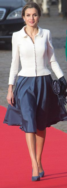 Queen Letizia of Spain in a white blazer and full navy blue skirt. Royal Fashion, Luxury Fashion, Womens Fashion, Casual Dresses, Fashion Dresses, Dresses For Work, Queen Letizia, Princess Letizia, Suits For Women