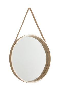 Sätt upp en vacker spegel på väggen istället för konst. FINA är en rund spegel i vitsåpad ekfaner med hängband av jute och tillhörande mässingsknopp för en snygg upphängning. Inred med speglar och se ditt hem ur nya vinklar! Material: Ekfaner, mdf, jute & mässing. Storlek: ø 59 cm, djup 5 cm. Beskrivning: Rund spegel med bälte av jute och tillhörande mässingsknopp. Tips/ råd: Låt en samling udda speglar pryda väggen, minst tre men gärna fler.