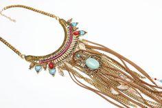 Collar boho con cadenas, plumas y cuero turquesa