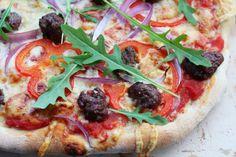 Hot pizza med kjøttboller, paprika og løk Tasty, Yummy Food, Vegetable Pizza, Quiche, Food And Drink, Bread, Vegetables, Hot, Drinks