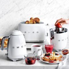 Smeg Kitchen, Kitchen Oven, Kitchen Appliances, Small Appliances, Kitchens, Gold Kitchen, Cooking Appliances, Smeg Toaster, Kitchen Design