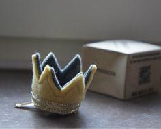 王冠のついたヘアクリップ。子供のお誕生日など、特別な日のドレスアップアイテムにおすすめです。-------------------------ヘアクリップのサ...|ハンドメイド、手作り、手仕事品の通販・販売・購入ならCreema。