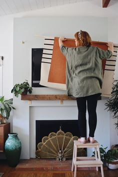 Living room tv wall ideas tips Ideas Deco Tv, Tv In Bedroom, Living Room Tv, Bathroom Colors, Colorful Bathroom, Home Decor Accessories, Cheap Home Decor, Home Remodeling, Bathroom Remodeling