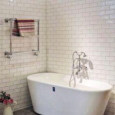 Mahon väggplattor med levande vågig yta. #hkc #kakel #väggplatta #kakelglädje #cchöganäs #design #bad #inredning  #hoganaskakelcenter #plattor #vägg #badinspo #badrumsdrömmara #badrumsinspo #badrum @hoganaskakeljkpg