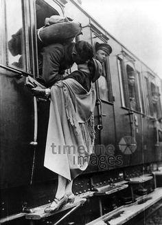 Zaertliche Abschiedsszene am Zug ullstein bild - Robert Sennecke/Timeline Images #1922 #Liebe #Love #Liebespaar #Liebespaare #Couple #Couples #Valentinstag #Abschied #Kuss #Abschiedskuss #Bahnhof