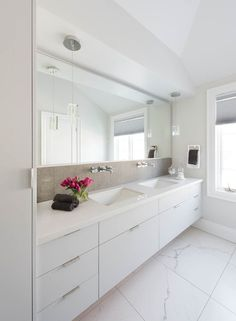Find and save ideas about Bathroom faucets on our site. See more ideas about Best bathroom faucets, Vanity faucets and Master bath. Modern Small Bathrooms, Modern White Bathroom, Modern Bathroom Design, Bathroom Interior Design, White Bathrooms, Bathroom Designs, Bad Inspiration, Bathroom Inspiration, Bathroom Ideas