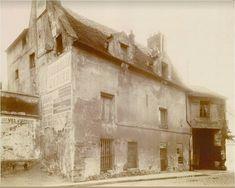 """épinglé par ❃❀CM❁✿Le numéro 38 de la rue de Torcy, un vestige de l'ancienne commune de La Chapelle, photographié en 1907. Remarquez à droite l' """"Atelier de maréchalerie"""", dont il est presqu'inutile de préciser qu'il a disparu de nos jours...  (Paris 18ème)"""